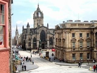 View from sittingroom to St Giles Cathedral - Royal Mile. Lawnmarket. City centre with parking - Edinburgh - rentals