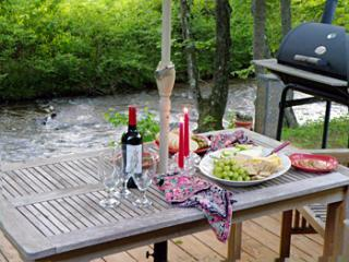 Dining next to the creek. - Serenity @ Quincy Creek - Fish From Your Deck! - Franklin - rentals