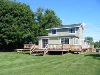 Gather with family and friends on your private backyard deck and a large fenced in backyard. - Clayton Home - Thousand Islands - Clayton, NY - Clayton - rentals