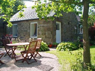 BARN CROFT COTTAGE, pet friendly, character holiday cottage, with a garden in - Elton vacation rentals
