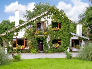 BREWSTERFIELD LODGE COTTAGE, pet friendly, country holiday cottage, with a garden in Killarney, County Kerry, Ref 2629 - Cork vacation rentals