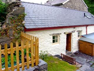 BWTHYN-Y-PAIR, character holiday cottage, with a garden in Betws-Y-Coed, Ref 2590 - Betws-y-Coed vacation rentals