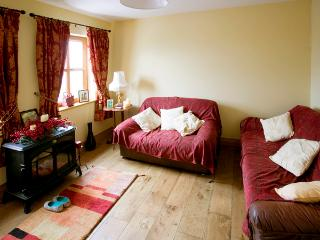 COIS FARRAIGE, pet friendly, character holiday cottage, with a garden in Castlegregory, County Kerry, Ref 2249 - Castlegregory vacation rentals
