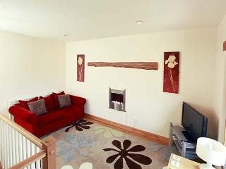 COW BYRE COTTAGE, character holiday cottage, with a garden in Wrelton, Ref 1577 - Wrelton vacation rentals