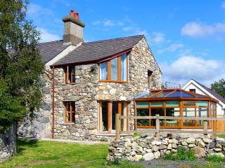 DDOL HELYG FARMHOUSE, pet friendly, character holiday cottage, with a garden in Llanrug, Ref 1576 - Gwynedd- Snowdonia vacation rentals