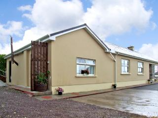 EAGLE'S CREST COTTAGE, romantic, with open fire in Killorglin, County Kerry, Ref 2631 - Cloghane vacation rentals