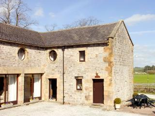EAST CAWLOW BARN, family friendly, character holiday cottage, with a garden in Hulme End Near Hartington, Ref 633 - Hulme End vacation rentals