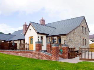 ELDER COTTAGE, pet friendly, luxury holiday cottage in Kidwelly, Ref 2303 - Kidwelly vacation rentals