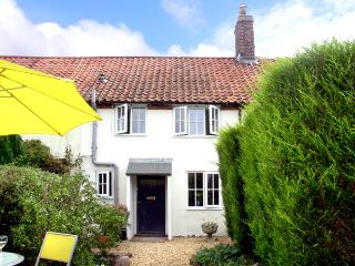 FRED'S COTTAGE, pet friendly, character holiday cottage, with a garden in - Briston vacation rentals