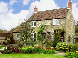 HOWE GREEN COTTAGE, character holiday cottage, with a garden in Kirkbymoorside, Ref 1785 - Kirkbymoorside vacation rentals