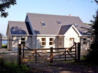 LAKESIDE, pet friendly, country holiday cottage, with a garden in Broadford, County Clare, Ref 2736 - Bunratty vacation rentals
