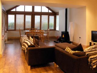 LOUGH CLUHIR COTTAGE, pet friendly, country holiday cottage, with a garden in Union Hall, County Cork, Ref 2920 - Union Hall vacation rentals