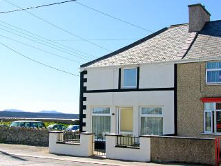 MALLTRAETH COTTAGE, pet friendly, with a garden in Malltraeth, Ref 2969 - Malltraeth vacation rentals