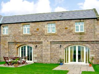 NO 5 MURTON WHITE HOUSE, pet friendly, character holiday cottage, with a garden in Berwick-Upon-Tweed, Ref 2542 - Northumberland vacation rentals
