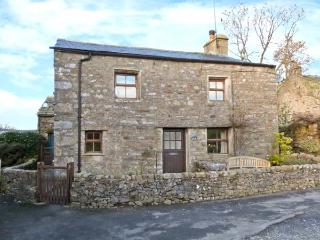 OAK COTTAGE, pet friendly, character holiday cottage, with a garden in Horton-In-Ribblesdale, Ref 913 - North Yorkshire vacation rentals