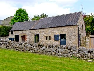 DRAGON HILL BARN, family friendly, luxury holiday cottage, with open fire in Brassington, Ref 2484 - Derbyshire vacation rentals