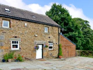 THE LOFT, pet friendly, character holiday cottage, with hot tub in Millthorpe, Ref 2674 - Millthorpe vacation rentals