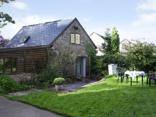 PEMBRIDGE COTTAGE, pet-friendly, en-suites, lawned garden in Welsh Newton, Ref 1601 - Welsh Newton vacation rentals