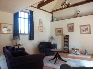 RECTORY COTTAGE, pet-friendly, character holiday cottage, with pool in Old Buckenham, Ref 1605 - Old Buckenham vacation rentals