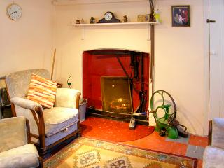STEEPE'S PLACE, pet friendly, character holiday cottage in Glenosheen Near Ardpatrick, County Limerick, Ref 2420 - Ardpatrick vacation rentals