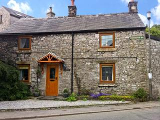 STONEYCROFT, pet friendly, character holiday cottage, with a garden in Tideswell, Ref 886 - Tideswell vacation rentals