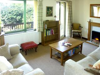 TAPESTRY COTTAGE, family friendly, country holiday cottage, with a garden in Milnthorpe, Ref 1579 - Milnthorpe vacation rentals