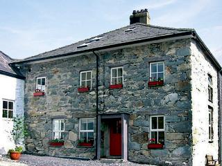 TY CAPEL, pet friendly, character holiday cottage, with a garden in Llanberis, Ref 1027 - Llangoed vacation rentals