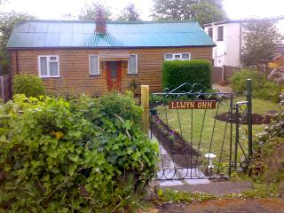 LLWYN ONN, pet friendly, country holiday cottage, with a garden in Nercwys, Ref 1960 - Nercwys vacation rentals