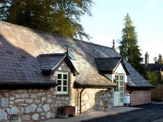 THE LOFT, pet friendly, luxury holiday cottage, with open fire in - Denbighshire vacation rentals