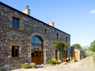 WARTH BARN, family friendly, luxury holiday cottage, with a garden in Ingleton, Ref 1912 - Tosside vacation rentals