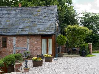 THE GRANARY, pet friendly, character holiday cottage, with open fire in Church Stretton, Ref 1146 - Clive vacation rentals