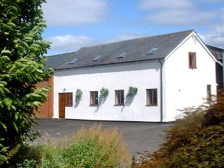 THE OLD DAIRY, pet friendly, country holiday cottage, with a garden in Allensmore, Ref 1283 - Herefordshire vacation rentals