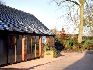 THE RETREAT, romantic, luxury holiday cottage, with hot tub in Hollington, Derbyshire, Ref 2287 - Hollington vacation rentals