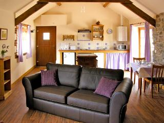 LAVENDER COTTAGE, pet friendly, character holiday cottage, with a garden in Caeathro, Ref 2952 - Caeathro vacation rentals
