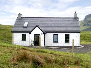 RIDGE END COTTAGE, family friendly, character holiday cottage, with a garden in Conista, Ref 3578 - Portree vacation rentals