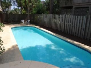 Large Pool - 4 Bedroom/2 Bath, 2nd Row Home, Short Walk to Beach, Private Pool & Hot Tub - Hilton Head - rentals