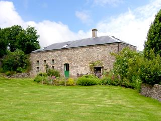 THE COACH HOUSE, pet friendly, character holiday cottage, with a garden in Gilwern, Ref 2553 - Llangynidr vacation rentals