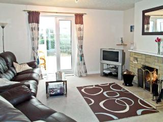 DOWNSIDE, pet friendly, country holiday cottage, with a garden in Mosterton, Ref 2896 - Mosterton vacation rentals