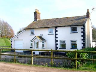 BRIDGE FARMHOUSE, family friendly, country holiday cottage, with a garden in Verwood, Ref 2897 - Damerham vacation rentals