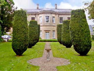 4 CASTLE HOUSE, country holiday cottage, with a garden in Calne, Ref 2129 - Calne vacation rentals