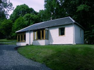 GLENDARROCH COTTAGE, pet friendly, country holiday cottage, with a garden in Kingussie, Ref 1297 - Kingussie vacation rentals
