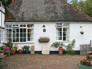 OLD TUDOR COTTAGE ANNEXE, pet friendly, country holiday cottage, with a garden in Henfield, Ref 1662 - Worthing vacation rentals