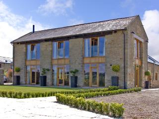 THE HAY BARN, family friendly, luxury holiday cottage, with hot tub in Gilling West Near Richmond, Ref 2286 - Gilling West vacation rentals