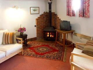 THE OLD BULL STALL, pet friendly, country holiday cottage, with a garden in Penselwood, Ref 1763 - Wincanton vacation rentals