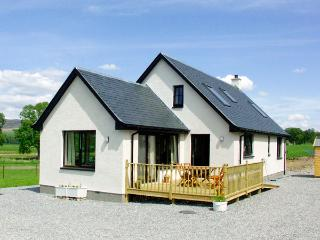 CREAG-NA-SANAIS, family friendly, country holiday cottage, with a garden in Laggan, Ref 1701 - Newtonmore vacation rentals
