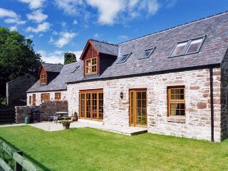 NANTUSI COTTAGE, pet friendly, country holiday cottage, with pool in Kirriemuir, Ref 1905 - Kirriemuir vacation rentals