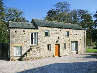 THE OLD STABLES, pet-friendly, character holiday cottage, with a garden in Kirkby Lonsdale, Ref 917 - Kirkby Lonsdale vacation rentals