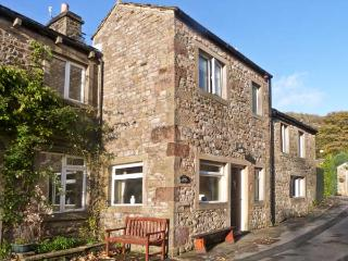 CLIFFORD HOUSE FARM, pet friendly, character holiday cottage, with a garden in Buckden, Ref 922 - Buckden vacation rentals