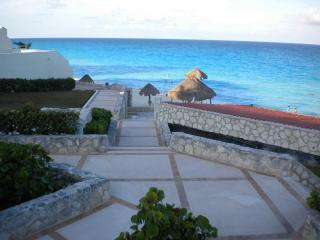 $50-109:WIFI! BIG OCEANVIEW CONDOS! WALK TO BEACH! - Cancun vacation rentals