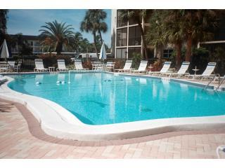 Fabulous oversized pool - Gorgeous One Bedroom - Steps From Siesta Beach! - Siesta Key - rentals